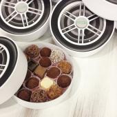 Круглая коробка для пищевых продуктов,декорированная под автомобильное колесо. Размер 18х04см